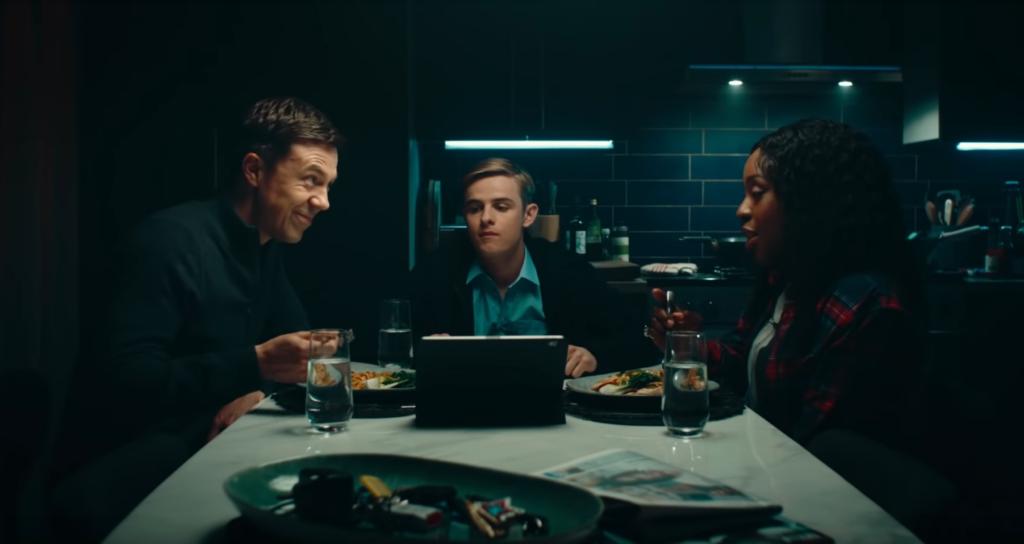 Alex Rider sitzt mit Ian und Jack am Tisch | Bild: Sony Pictures Entertainment