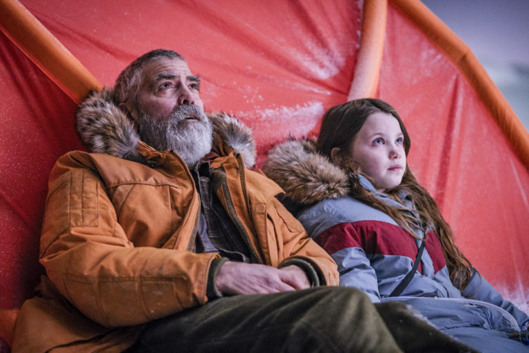 George Clooney und Caoilinn Springall in The Midnight Sky
