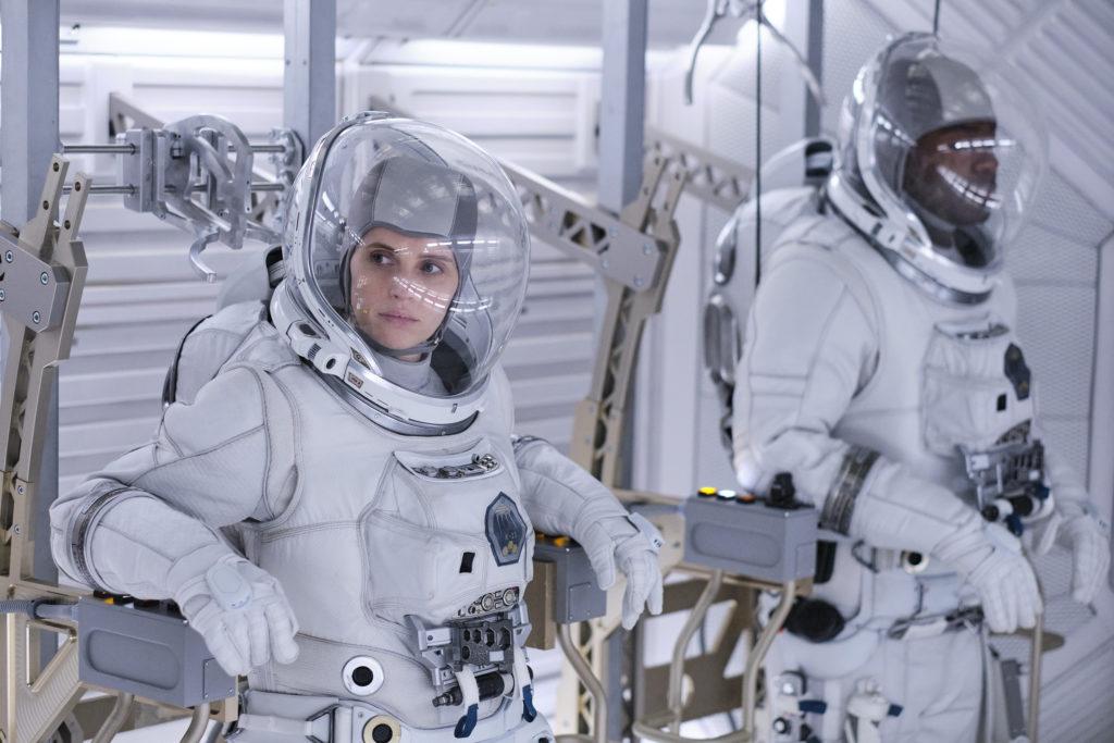 Felicity Jones als Sully und David Oyelowo als Adewole im Film The Midnight Sky