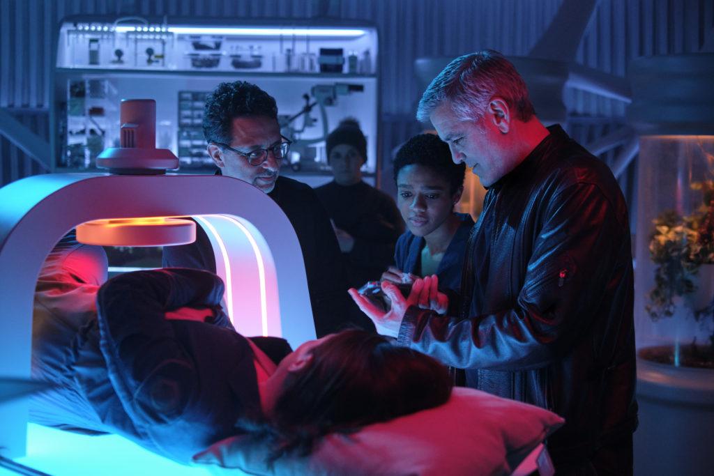 Produzent Grant Heslov, Felicity Jones, Tiffany Boone und Regisseur George Clooney auf dem Set von The Midnight Sky