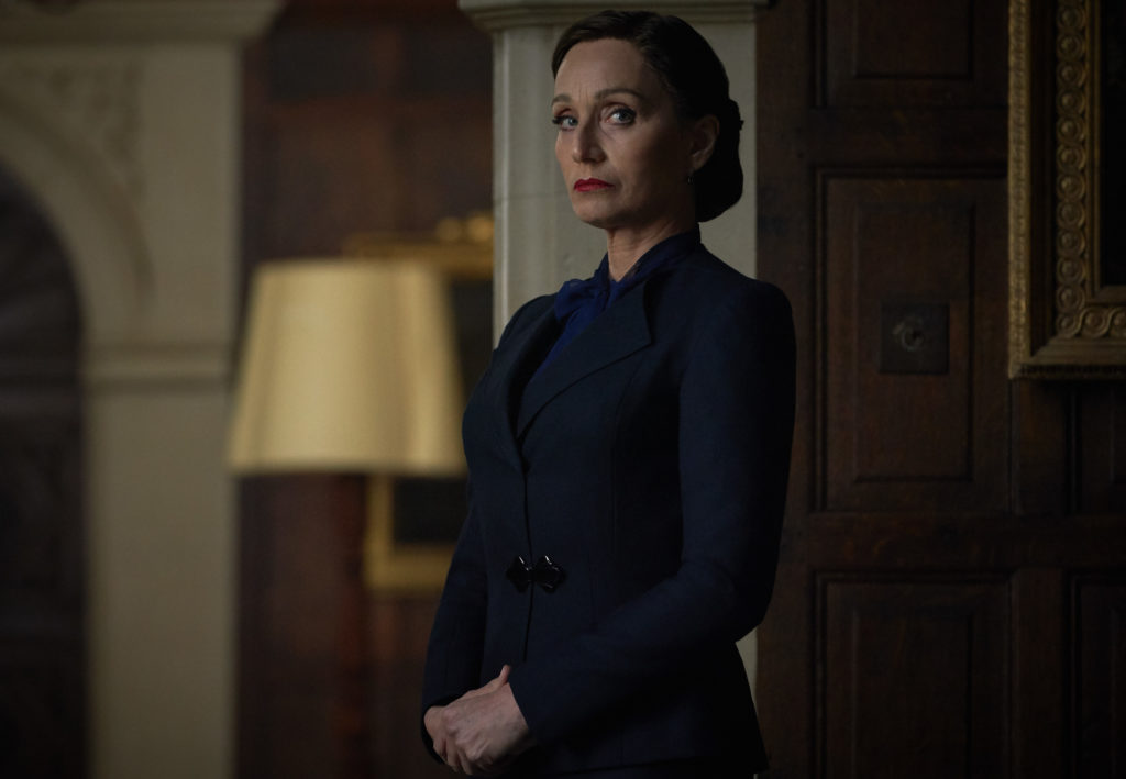 Mrs. Danvers in der Ecke.  |  Bild:Netflix