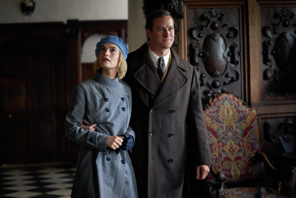Mrs. de Winter und Mr. de Winter sind nach ihrer Hochzeitsreise in Manderley angekommen.  |  Bild: Netflix