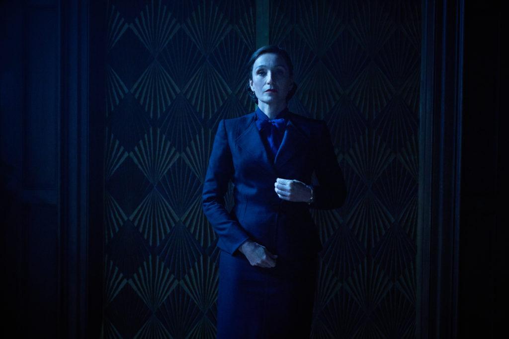Mrs. Danvers in der Nacht.  |  Bild:Netflix