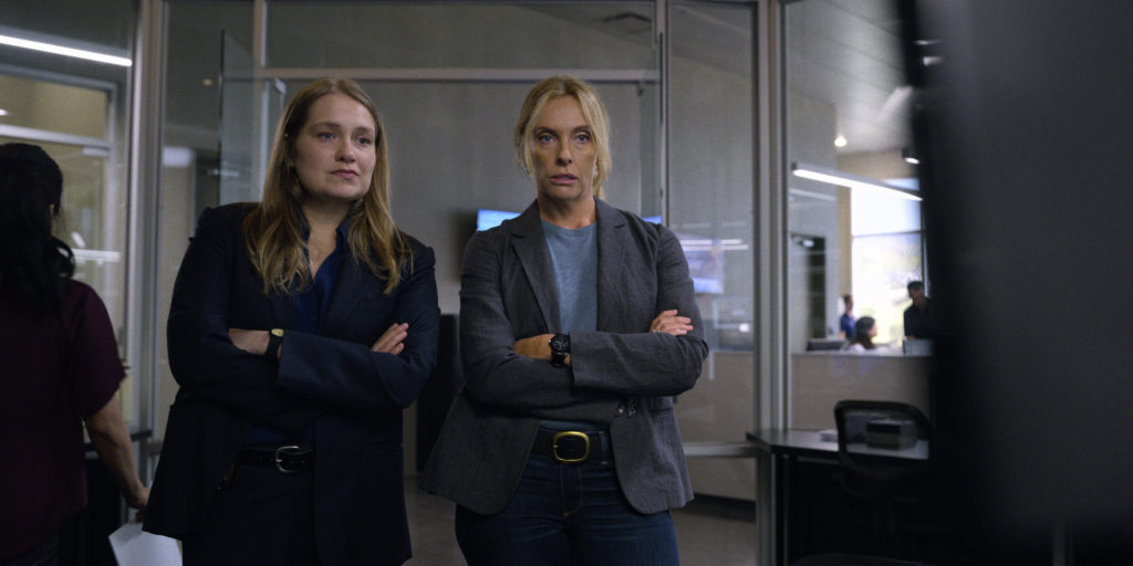 Det. Karin Duvall (Merritt Wever) und Det. Grace Rasmussen (Toni Collette)