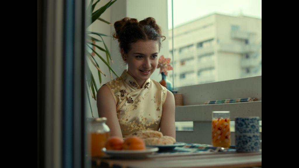 Leyla, gespielt von Jana Sekulovska, am Tisch