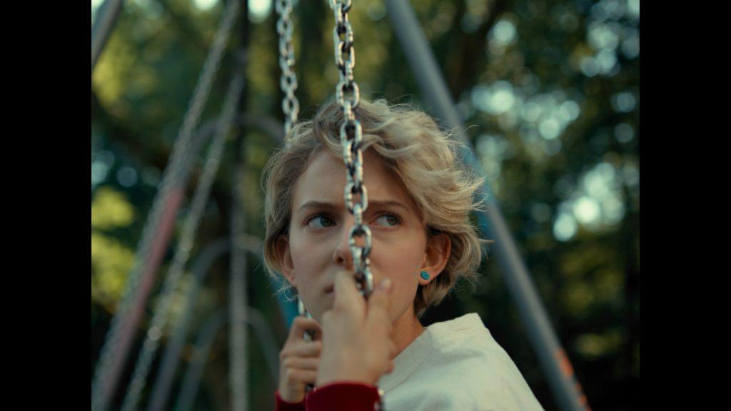 Samira, gespielt von Anja Gada, auf der Schaukel