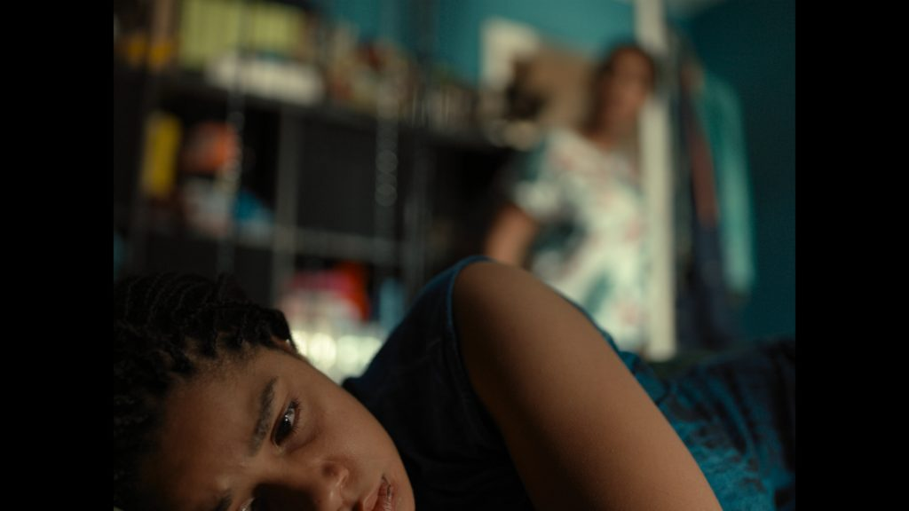 Jocelyn, gespielt von Rabea Lüthi, liegt im Bett